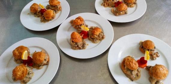 Cinq assiettes dressées au restaurant traditionnel Au Lion d'Or à Paudy (36)